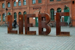 Schrift-Skulptur LIEBE im Hof der Kulturbrauerei, Prenzlauer Berg, Pankow, Berlin