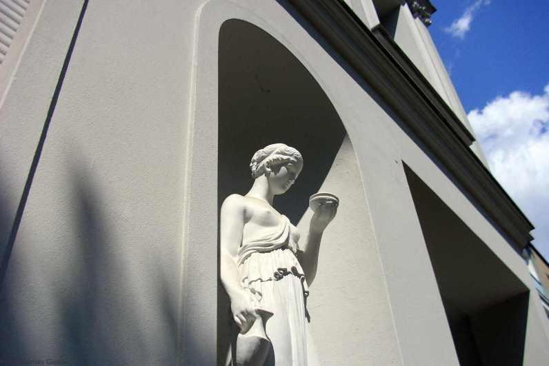 Magd mit Krug - Wohnhaus Charlottenburg