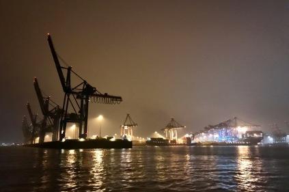 containerterminal bei nacht 01